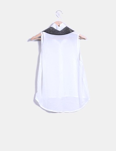 Blusa blanca solapa con tachas