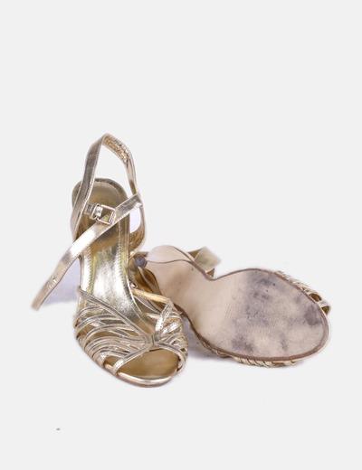 super popular fce92 e5b3a Zapato de tacón dorado