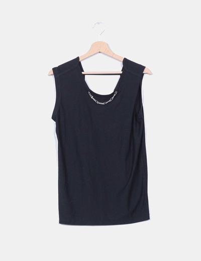 Camiseta negra con ecote trasero NoName