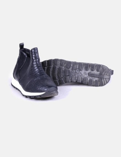 Deportiva negra textura con elastico