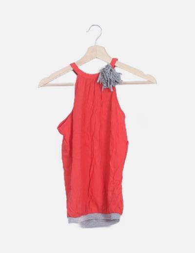 Blusa roja con flor