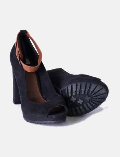 Zapato negro peep toe antelina con pulsera