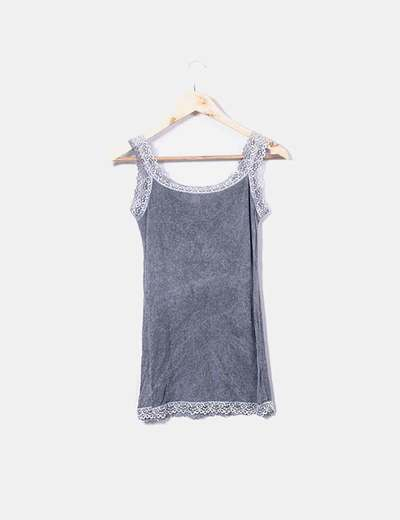 Camiseta gris con encaje