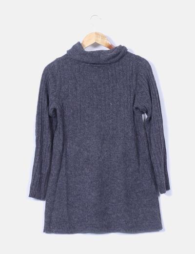 Vestido gris de punto con cuello