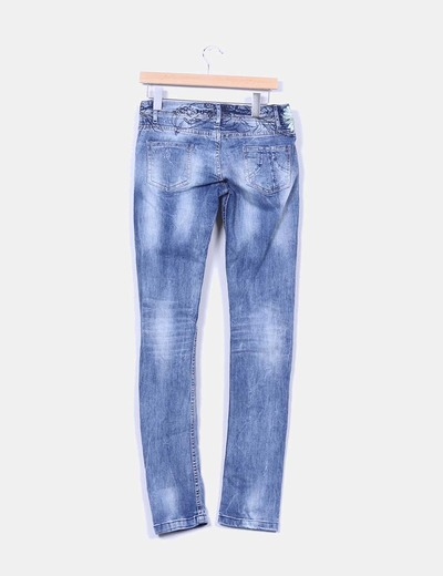 Pantalon denim floreado con rotos