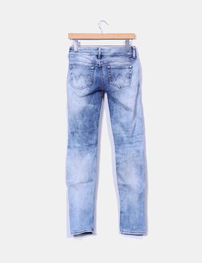 Jeans claro con rotos en rodilla