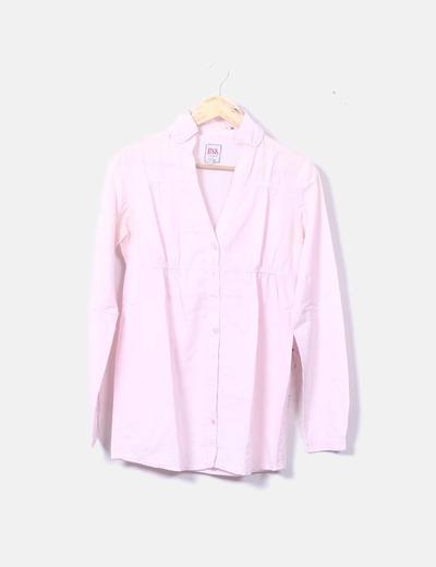 Camisa rosa con fruncido debajo del pecho