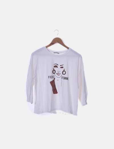 "Camiseta blanca ""Fierce femme"" detalle pendientes"