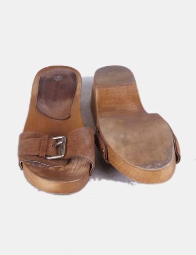 Sandalias marrones con suela de madera