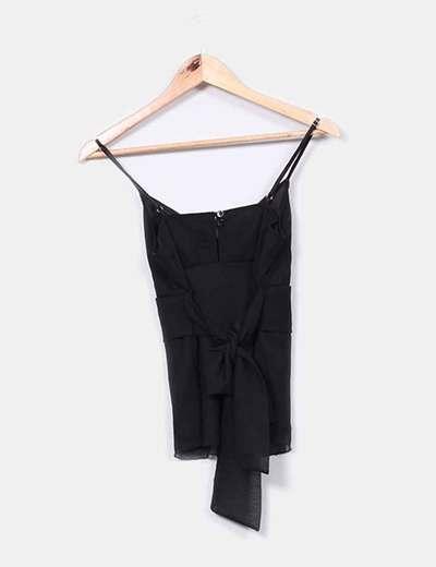 Blusa de tirantes negra con escote en pico