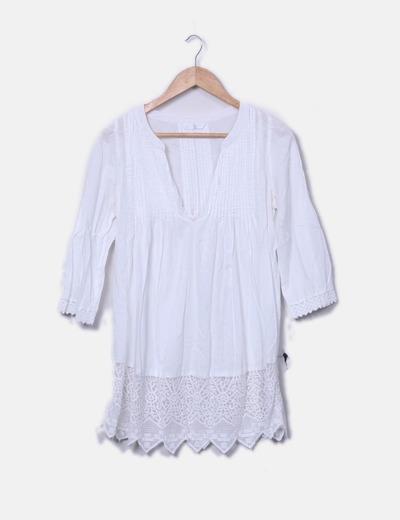 Camisa blanca bajo encaje