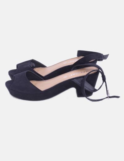 Sandalia de tacón negra con hebilla