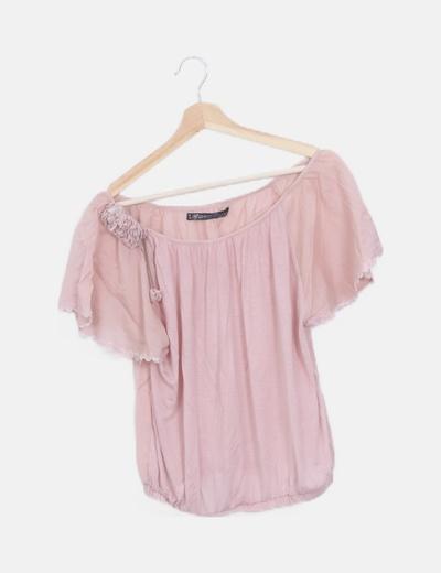 Blusa rosa palo detalle hombro