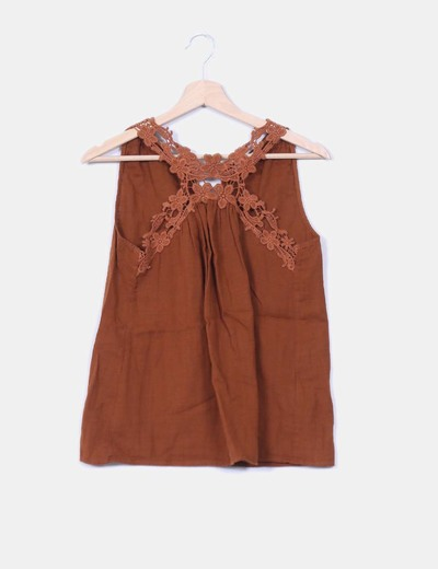 Top marron detalle crochet