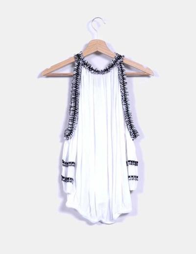 Blusa blanca abullonada con flecos