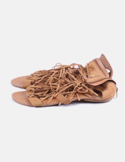 Sandalia marrón con flecos
