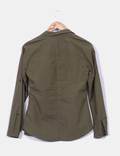 Camisa verde caqui con bolsillos