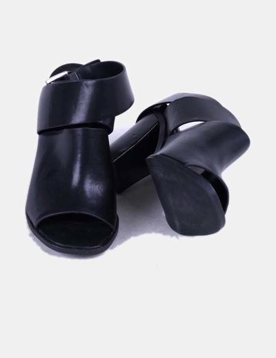 Sandalias tira ancha negra con hebilla
