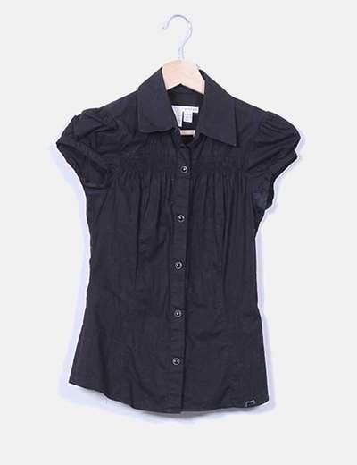 Camisa negra con corchetes Zara