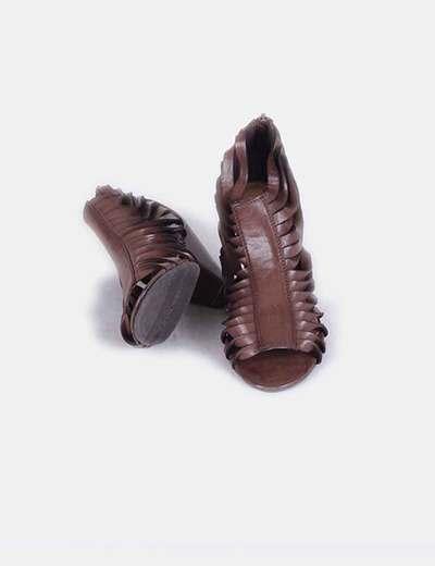 Botines de tiras marrones peep toe