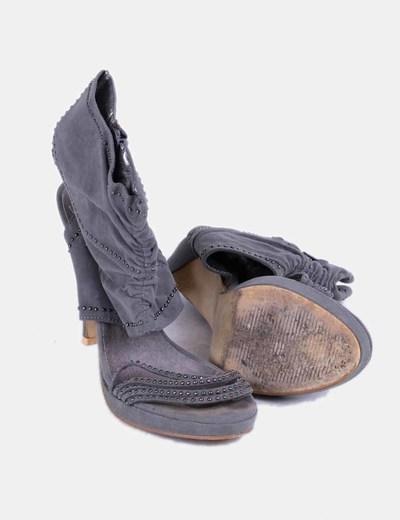 Sandalia de tacon gris de antelina