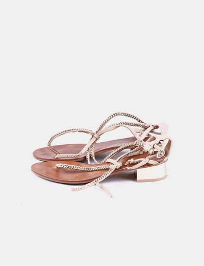 Sandalia beige con cadenas