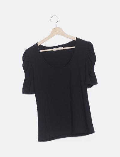 Camiseta negra manga fruncida