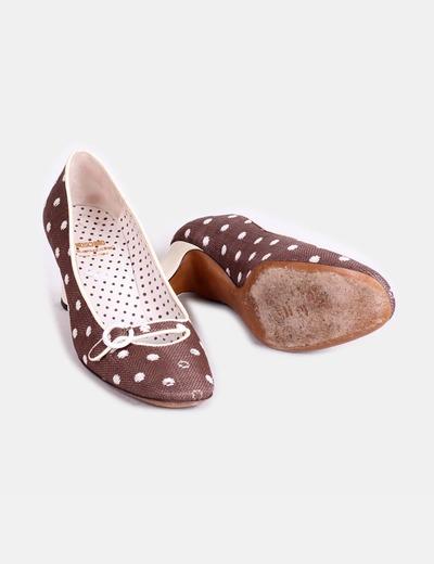 Zapato marron con lunares blancos