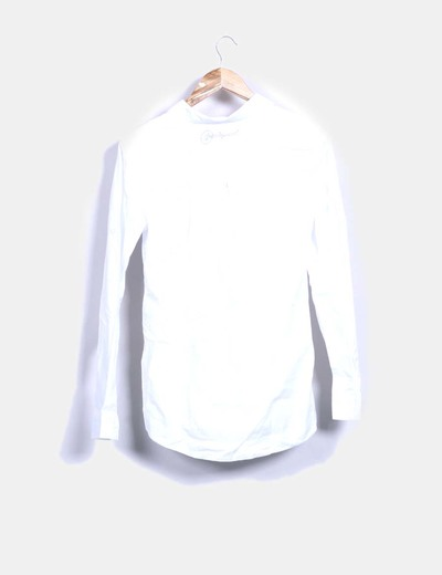 Camisa blanca con bordado lateral