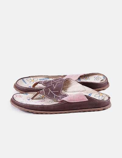 Sandalia marrón detalle hoja
