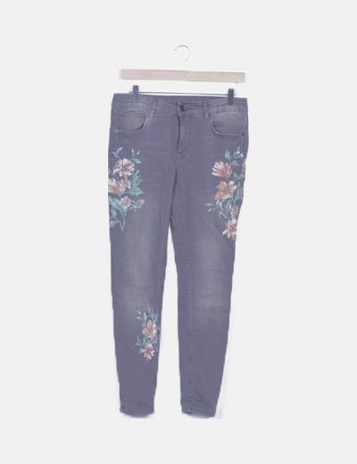 Pantalón denim gris pitillo estampado floral