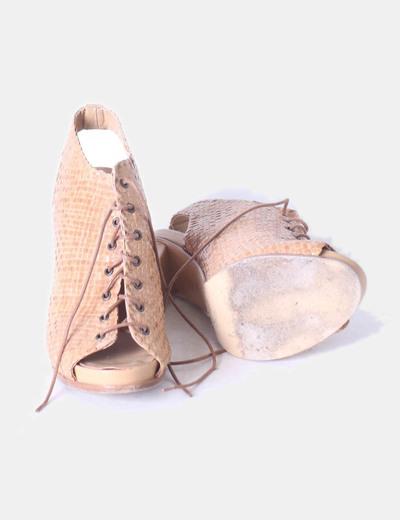 Zapato abotinado camel texturizado