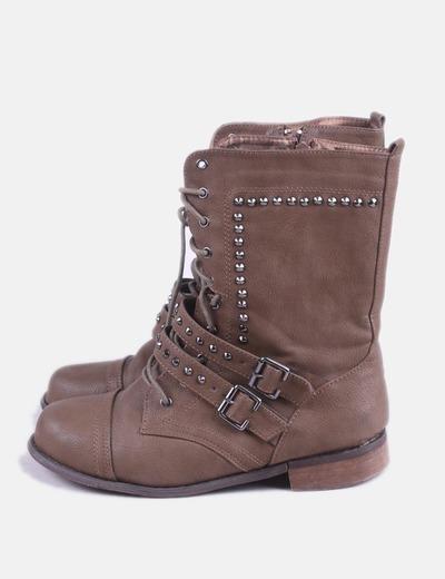 Bota marrón con cordones y tachas