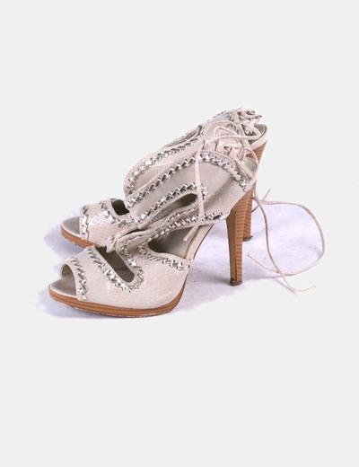 Sandalia beige detalle plata Marypaz