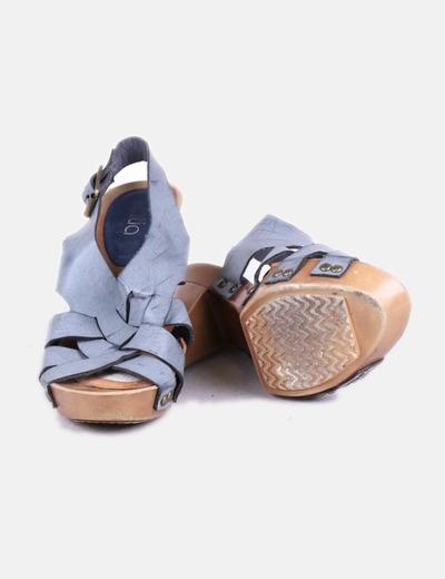 Sandalia azul con tachas