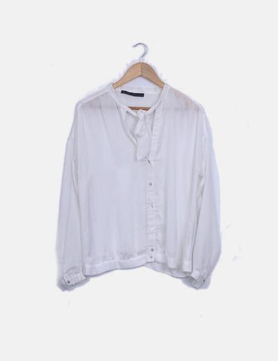 Blusa blanca con lazo al cuello
