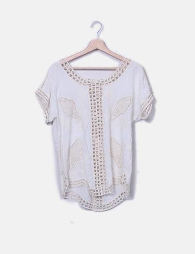 Camiseta beige con bordados