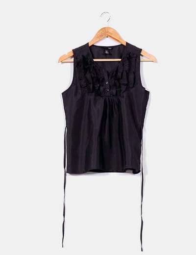 Blusa negra con volantes en pecho H&M