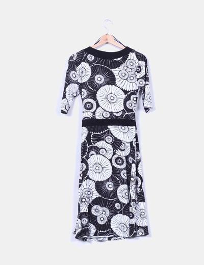 Vestido midi cruzado estampado blanco y negro