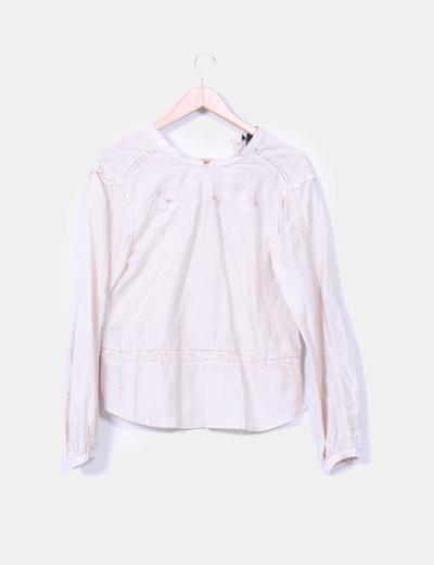 Camisa en tono crudo con encajes