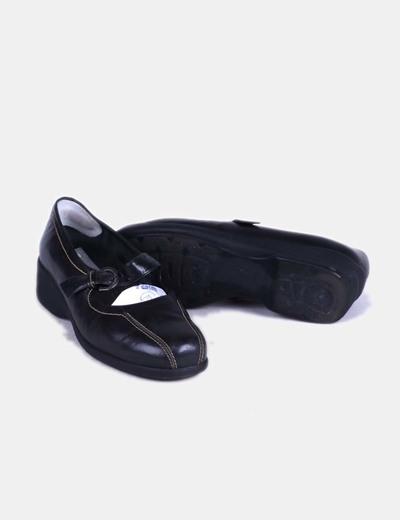 Zapato plano negro con punta redondeada