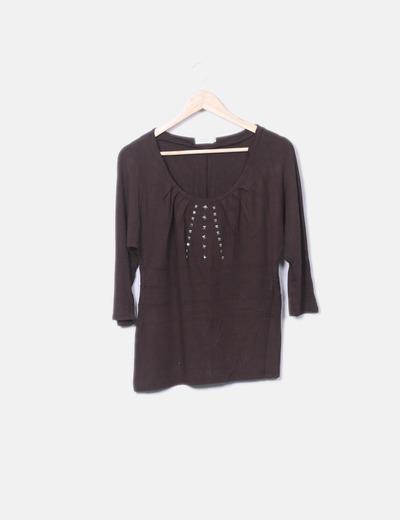 Camiseta marrón manga francesa tachas