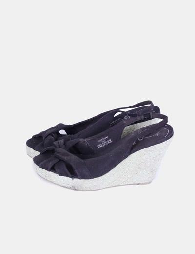 Sandalia negra de cuña Bershka