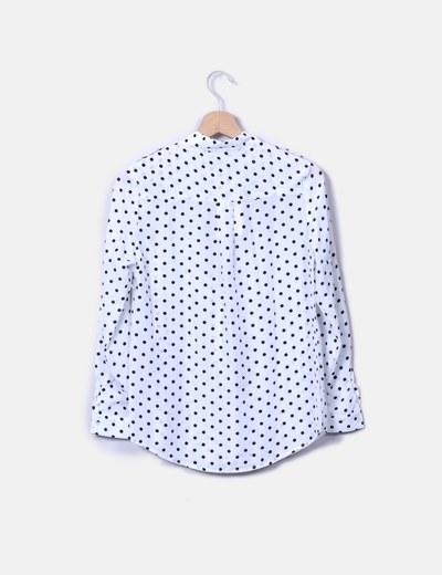 Camisa blanca con topos