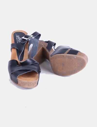Sandalia negra de tacon