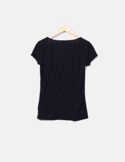 Camiseta negra escote troquelado