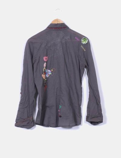 Camisa taupe con bordado