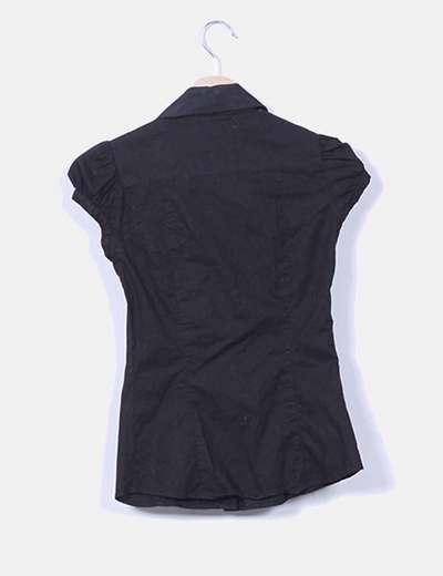 Camisa negra con corchetes