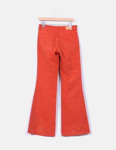 Pantalon rojo acampanado