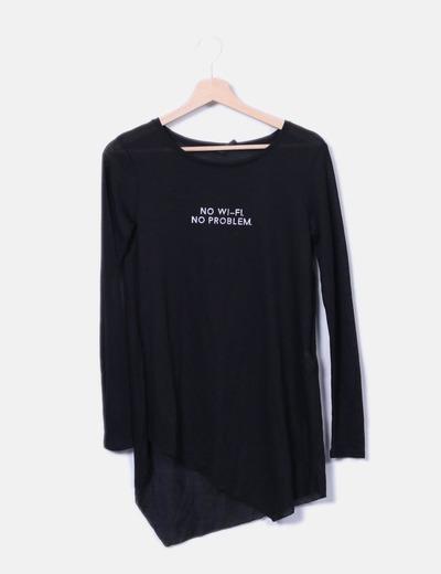 Camiseta negra con letras Stradivarius